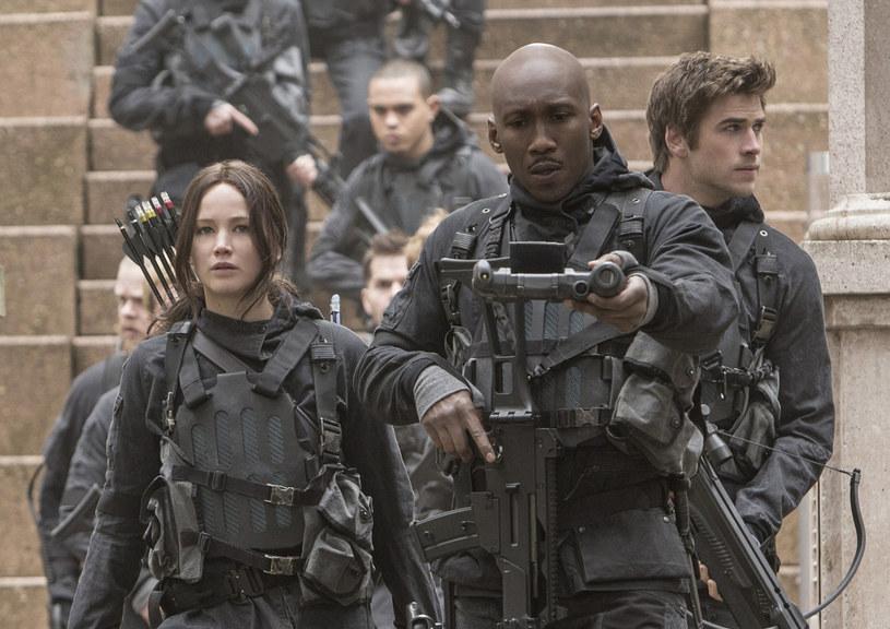 """Czwarta i zarazem ostatnia część opowieści o Katniss Everdeen (Jennifer Lawrence) i jej walce przeciw krwawej dyktaturze prezydenta Snowa - """"Igrzyska śmierci: Kosogłos. Część 2"""", zadebiutuje w kinach już 20 listopada."""