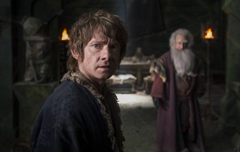 """20 minut nowych i rozszerzonych scen niepokazywanych nigdy w kinach oraz ponad 9 godzin dodatków specjalnych znajdą fani w wydaniu rozszerzonym superprodukcji """"Hobbit: Bitwa Pięciu Armii"""" Petera Jacksona! Obraz trafia do sklepów w formie 5-płytowego wydania Blu-ray 3D, zawierającego wersję Blu-ray 3D oraz Blu-ray 2D, wydania 3-płytowego na Blu-ray oraz 5-płytowego na DVD w ozdobnym kolekcjonerskim opakowaniu."""