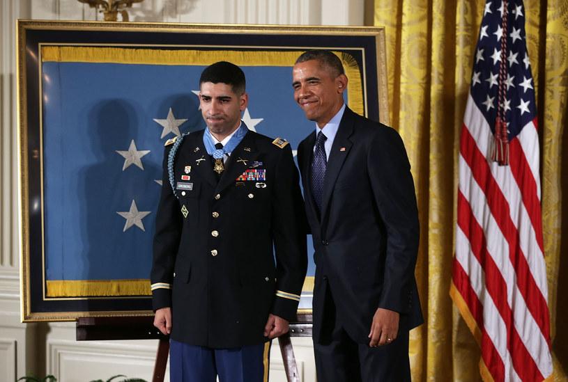 Do zabawnej sytuacji doszło w trakcie wręczania medalu jednemu z amerykańskich żołnierzy przez Baracka Obamę. W trakcie przemowy na prezydenta USA padła m.in. deklaracja, że nie jest on wokalistą zespołu Korn.