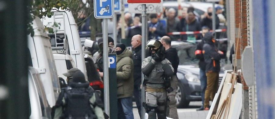 """W belgijskiej dzielnicy Molenbeek wyczuwalne jest napięcie. Gdy zbliżam się z mikrofonem do ulicy Delaunoy, gdzie policja przeprowadziła akcję, próbując ująć wroga publicznego numer jeden - Salaha Abdeslama, otacza mnie grupa nastolatków. Pokrzykują po francusku i arabsku. Zaczepnie pytają, który z domów będzie jutro przeszukiwany, czy mam jakieś dowody, czy napiszę, że są terrorystami... Wybawia mnie 30-letni mężczyzna, który ich stanowczo odsuwa: """"Zamknijcie się. W ten sposób potwierdzacie tylko złą opinię o nas"""" - mówi do chłopaków, którzy rzeczywiście milkną, ale będą teraz przysłuchiwać się naszej rozmowie."""