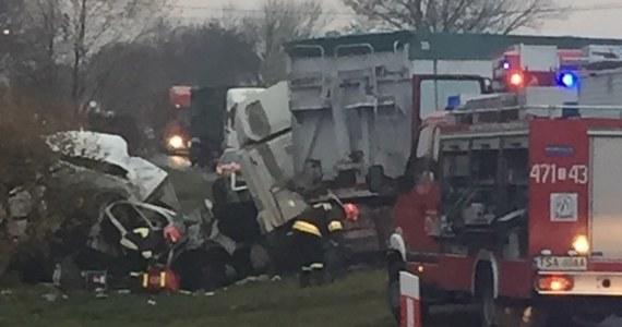 2 osoby trafiły do szpitala po wypadku do jakiego doszło Wierzbinach w województwie świętokrzyskim. Samochód osobowy zderzył się tam z ciężarówką. Zdjęcie dostaliśmy na Gorącą Linię.
