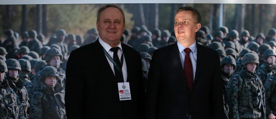 """Szef MON Antoni Macierewicz odwołał rektora komendanta Akademii Obrony Narodowej Bogusława Packa - informuje PAP. Pacek, mianowany jeszcze przez poprzedniego ministra, kierował uczelnią niespełna miesiąc. """"Potwierdzam, ale nie komentuję"""" - powiedział rektor, pytany, czy stracił stanowisko. Poinformował jedynie, że decyzja ministra obowiązuje od poniedziałku. MON nie odpowiedziało we wtorek na pytanie o powody odwołania Packa."""