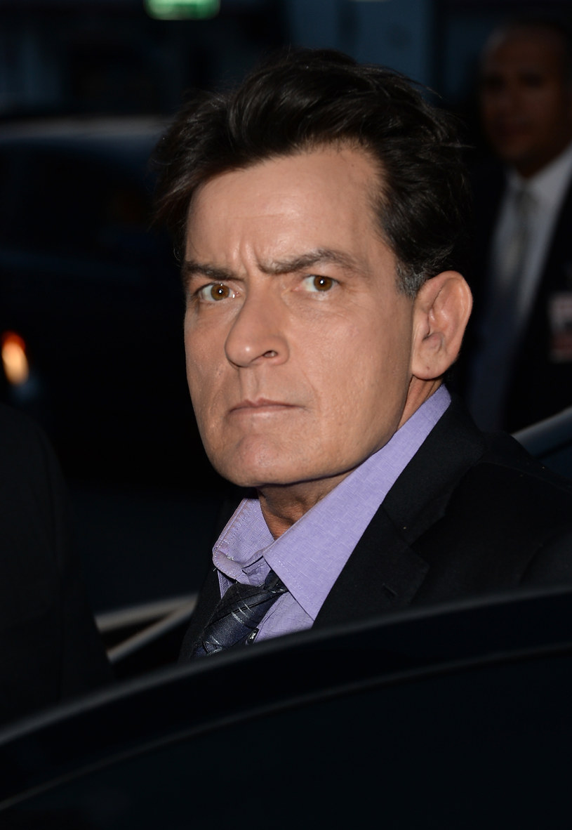 """Charlie Sheen przyznał we wtorkowym wywiadzie w programie telewizyjnym """"The Today Show"""", że jest nosicielem wirusa HIV. 50-latek dodał, że o chorobie dowiedział się 4 lata temu."""