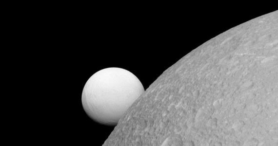 Choć dwa z księżyców Saturna - Dione i Enceladus - są zbudowane z praktycznie tych samych materiałów, wyglądają odmiennie. Powierzchnia Enceladusa znacznie lepiej odbija promieniowanie słoneczne i dlatego, na tle czerni otwartej przestrzeni kosmicznej wydaje się znacznie jaśniejsza. Potwierdza to opublikowane właśnie przez NASA zdjęcie, wykonane przez sondę Cassini 8 września bieżącego roku, z odległości około 83 tysięcy kilometrów od Dione i mniej więcej 364 tysięcy kilometrów od Enceladusa.
