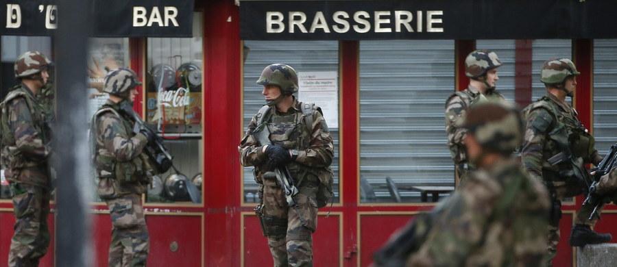 Siedem godzin trwała operacja antyterrorystów w Saint-Denis na północnym przedmieściu Paryża, prowadzona w ramach śledztwa ws. piątkowych zamachów w stolicy Francji - poinformował rzecznik rządu Stephane Le Foll. Zatrzymano w sumie siedem osób. Zginęły - jak podały źródła policyjne - dwie osoby, które zabarykadowały się w oblężonym przez antyterrorystów mieszkaniu: mężczyzna i kobieta, która zdetonowała ładunki wybuchowe przytwierdzone do ciała. Według AFP, to pierwsza kobieta-kamikadze we Francji. Rannych zostało kilku policjantów.