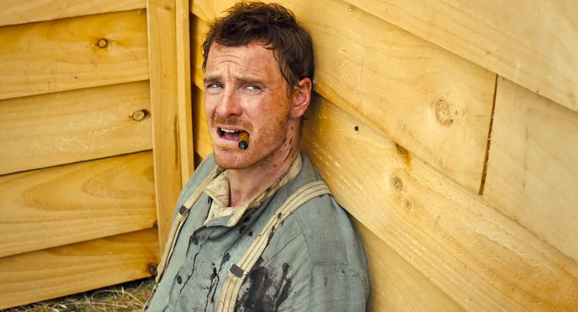 """Michael Fassbender po genialnych kreacjach we """"Wstydzie"""", """"Głodzie"""", """"Bękartach wojny"""" i """"Zniewolonym"""" po raz pierwszy występuje w westernie! To kolejna rola, która udowadnia jego talent i niebywałą wszechstronność. Tym razem wciela się w postać Silasa, tajemniczego wędrowca wyjętego spod prawa. """"Slow West"""" w kinach już w piątek!"""