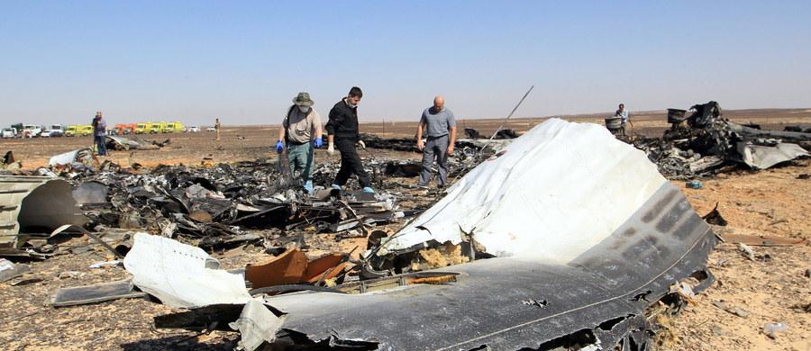 Dżihadyści z Państwa Islamskiego ogłosili, że początkowo planowali zestrzelić nad półwyspem Synaj zachodni samolot, ale gdy Moskwa rozpoczęła bombardowania w Syrii, zmienili cel na rosyjską maszynę - podała agencja Reutera. Bojownicy ISIS twierdzą, że przemycili bombę na pokład rosyjskiego airbusa po wykryciu luk w systemie bezpieczeństwa na lotnisku w egipskim kurorcie Szarm el-Szejk. Co więcej, oficjalny magazyn organizacji opublikował zdjęcie - jak twierdzi - bomby, która eksplodowała na pokładzie airbusa. Jeśli jest ono prawdziwe, ładunek został ukryty w puszce napoju Schweppes.