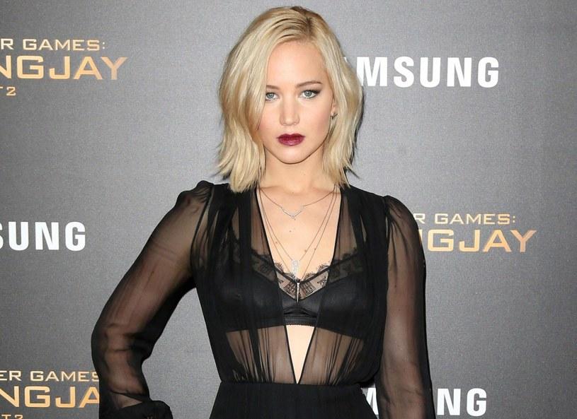 """Jennifer Lawrence poczuła się winna, po nagraniach sceny łóżkowej z Chrisem Prattem. 25-letnia aktorka przyznała, że musiała pogadać z mamą, aby poczuć się lepiej oraz """"bardzo, bardzo się opić"""" przed nagraniami scen z 36-letnim aktorem, którego żoną jest aktorka Anna Faris, w najnowszym filmie 'Pasażerowie'."""