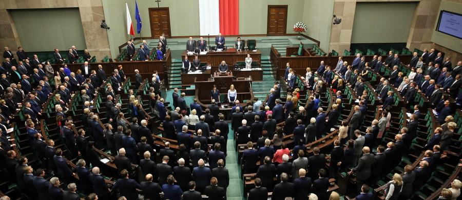 Sejm w ekspresowym tempie przyjął przygotowaną przez PiS ustawę o Trybunale Konstytucyjnym. Za głosowało Prawo i Sprawiedliwość oraz posłowie Pawła Kukiza. Salę jeszcze przed głosowaniem opuścili parlamentarzyści PO, Nowoczesnej i PSL.