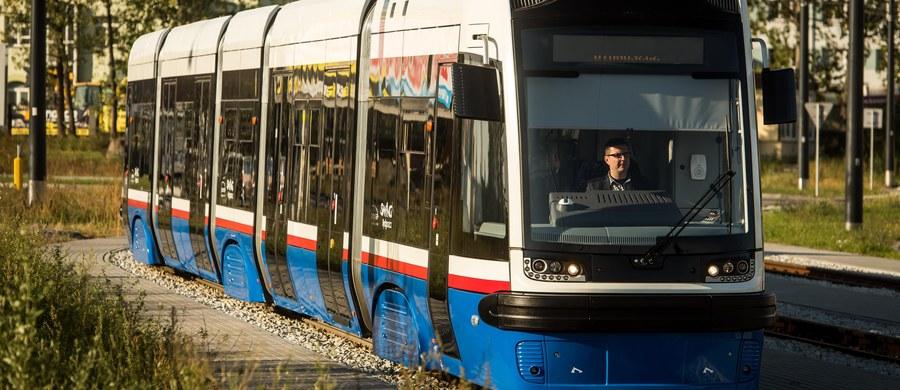 Nowe tramwaje, które będą jeździły po odnowionej trasie W-Z w Łodzi, są za szerokie. W Pesie Swing – obecnie testowanej na ulicach miasta – trzeba było m.in. zdjąć osłony, bo pojazd nie mieścił się przy wjeździe do hali MPK.