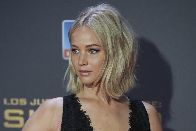 """Jennifer Lawrence żałuje tatuażu z """"Igrzysk śmierci"""". Gwiazda popularnej serii czuje się """"oszukana"""" przez kolegów z planu."""