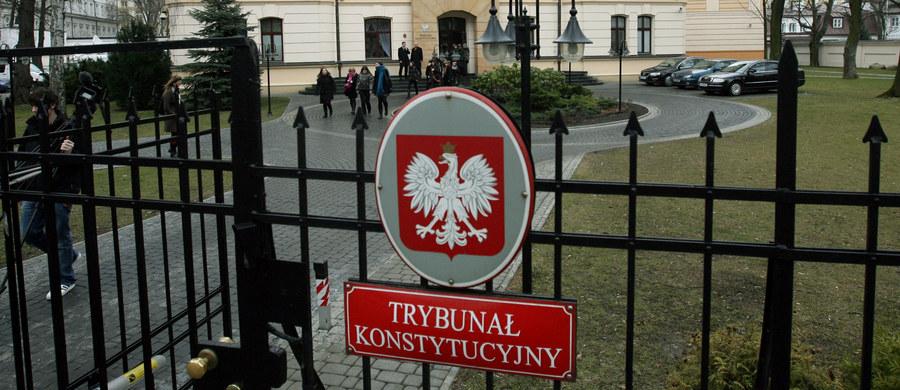 """Niezależnie od politycznej oceny zachowań Sejmu obecnej i poprzedniej kadencji i stawianych sobie nawzajem zarzutów o przeprowadzenie """"skoku na Trybunał"""", przyjęta naprędce zmiana ustawy o Trybunale Konstytucyjnym potęguje chaos wokół sądu konstytucyjnego. Niebawem nie sposób będzie nawet stwierdzić, ilu właściwie sędziów liczy Trybunał Konstytucyjny."""