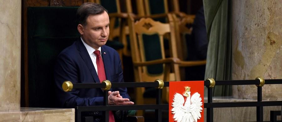 Prezydent Andrzej Duda podpisał w piątek uchwaloną dzień wcześniej przez Sejm nowelizację ustawy o Trybunale Konstytucyjnym, która tego samego dnia została opublikowana w Dzienniku Ustaw. Przewiduje ona ponowny wybór pięciu sędziów TK. Wejdzie w życie za dwa tygodnie.