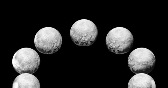 """Po serii coraz dokładniejszych zdjęć powierzchni Plutona od strony charakterystycznego """"serca"""" NASA opublikowała zestaw zdjęć pokazujących pełną dobę na tej planecie karłowatej. Z oczywistych względów zdjęcia te różnią się rozdzielczością, były bowiem wykonywane przez sondę New Horizons z różnej odległości. Na ich podstawie można sobie jednak wyrobić opinię na temat różnorodności powierzchni Plutona. Podobny zabieg wykonano też w przypadku jego największego Księżyca, Charona."""