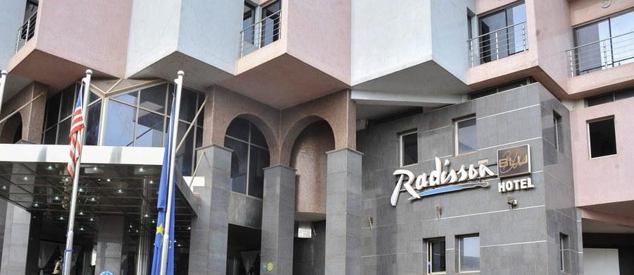 """Trzy osoby zamieszane we wczorajszy atak na hotel Radisson Blu w Bamako są """"aktywnie"""" poszukiwane - poinformowały agencję AFP malijskie źródła bezpieczeństwa. Według nich ośmiopiętrowy budynek z 190 pokojami """"jest obecnie całkowicie pod kontrolą""""."""