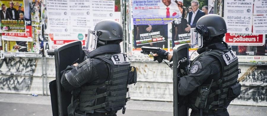 Siedem z ośmiu osób zatrzymanych w środę podczas operacji antyterrorystów w Saint-Denis na północnym przedmieściu Paryża, zostało zwolnionych - podała paryska prokuratura. Ósmy zatrzymany - Dżawad Bendaoud, który użyczył mieszkania Abdelhamidowi Abaaoudowi, domniemanemu organizatorowi zamachów terrorystycznych 13 listopada w stolicy Francji, pozostaje w areszcie.