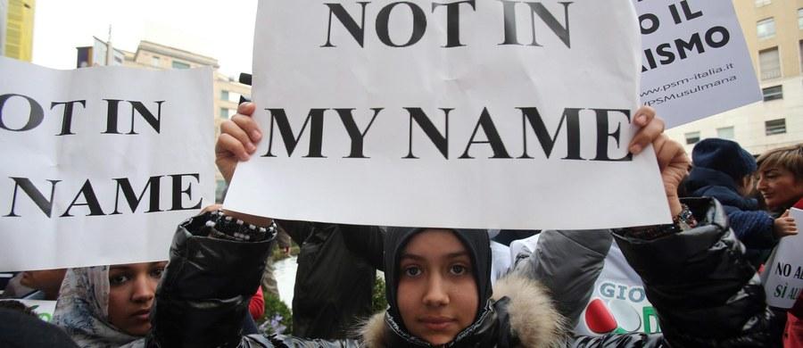 """Setki przedstawicieli społeczności muzułmańskiej demonstrowały w Rzymie przeciwko terroryzmowi i Państwu Islamskiemu. Podczas wiecu zwołanego po zamachach w Paryżu pod hasłem """"Nie w moim imieniu"""" nazywano terroryzm """"rakiem ludzkości""""."""