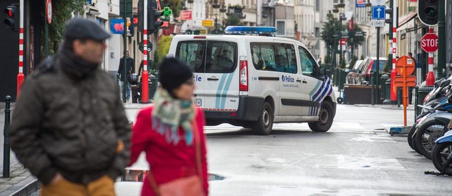 Belgijska policja wciąż szuka kilku uzbrojonych islamskich ekstremistów - poinformował szef MSW Jan Jambon. W Brukseli drugi dzień obowiązuje czwarty, najwyższy poziom zagrożenia terrorystycznego, w związku z ryzykiem ataków przypominających te z Paryża.