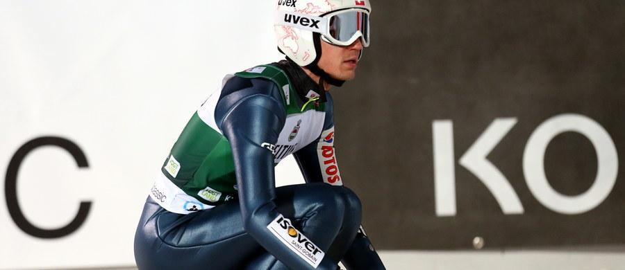 Kamil Stoch uplasował się na trzynastej pozycji w pierwszym w sezonie 2015/16 indywidualnym konkursie Pucharu Świata w skokach narciarskich w niemieckim Klingenthal. Zwyciężył Norweg Daniel Andre Tande.