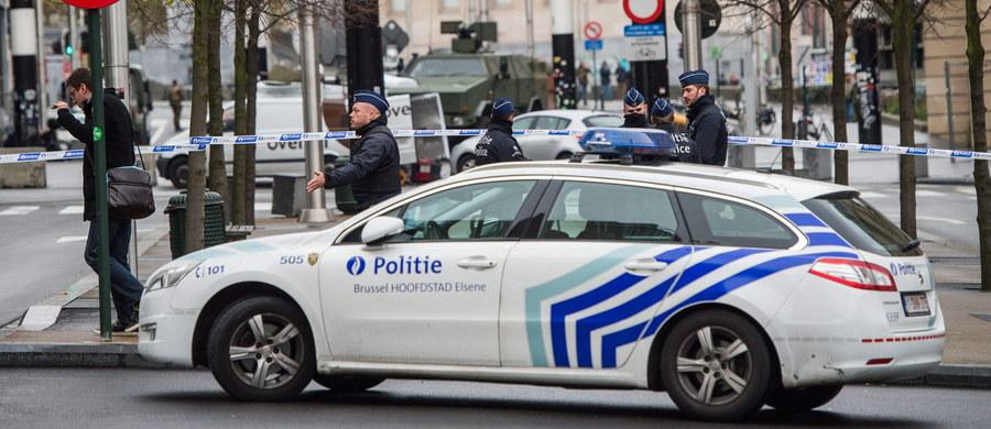 """W poniedziałek w Brukseli nadal nie będzie działać metro, zamknięte pozostaną szkoły i uczelnie - zapowiedział belgijski premier Charles Michel, tłumacząc to """"poważnym i bezpośrednim"""" ryzykiem skoordynowanych ataków w stolicy kraju. Szef rządu ogłosił, że na razie w Brukseli zostanie utrzymany najwyższy, czwarty poziom zagrożenia terrorystycznego, który wprowadzono w sobotę. W pozostałych miastach w kraju obowiązuje trzeci poziom alertu."""