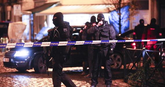 W Brukseli w niedzielę wieczorem przez kilka godzin trwała operacja policji. Zablokowano kilka ulic, na których rozmieszczono siły bezpieczeństwa: antyterrorystów i wojsko. Policja prosiła mieszkańców, by pozostali w domach i odsunęli się od okien. Przed północą poinformowano o zatrzymaniu kilku podejrzanych osób.