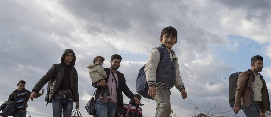 """Tylko 66 gmin spośród blisko 2,5 tys. deklaruje przyjęcie uchodźców - wynika z ogólnopolskiej ankiety resortu pracy, której rezultaty poznała """"Rzeczpospolita"""". Gminy zadeklarowały przyjęcie 435 uchodźców, w tym 113 rodzin, 212 dzieci i 27 osób samotnych."""