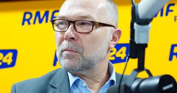 """""""Raport otwarcia przygotowywali politycy. Gdyby przygotowywali go urzędnicy, to widać byłoby, że to, co robiliśmy, było w zgodzie z prawem"""" - mówi w Kontrwywiadzie RMF FM były szef kancelarii Bronisława Komorowskiego Jacek Michałowski. """"Nigdy w historii 26 lat Kancelarii Prezydenta nie było takiej nagonki. To nagonka polityczna na byłego prezydenta"""" - uważa gość RMF FM. Wyposażenie willi w Klarysewie? """"Ono nie zniknęło. Część ze sprzętów z willi zlikwidowaliśmy, ale w każdej instytucji co jakiś czas robi się takie rzeczy. Sprzęt zgniły, popsuty likwiduje się"""" - odpowiada Michałowski. """"Likwidowane rzeczy miały wartości od kilku groszy do kilkudziesięciu złotych"""" - dodaje. Pytany o wyższe odprawy dla pracowników kancelarii, odpowiada: """"Ludzie mają umowę na czas określony, ona się kończy i trzeba podpisać dalszą"""". 280 tys. złotych dla szefa Centrum Obsługi? """"Może za dużo, ale ten człowiek doprowadził do tego, że kancelaria miała oszczędzonych ileś pieniędzy"""" - mówi gość RMF FM. 1,5 mln złotych na upominki? """"W ciągu 5 lat funkcjonowania kancelaria przy wielu okazjach daje upominki. Sokowirówka jako upominek to bzdura kompletna. Nie wyobrażam sobie czegoś takiego"""" - komentuje były szef Kancelarii Prezydenta."""