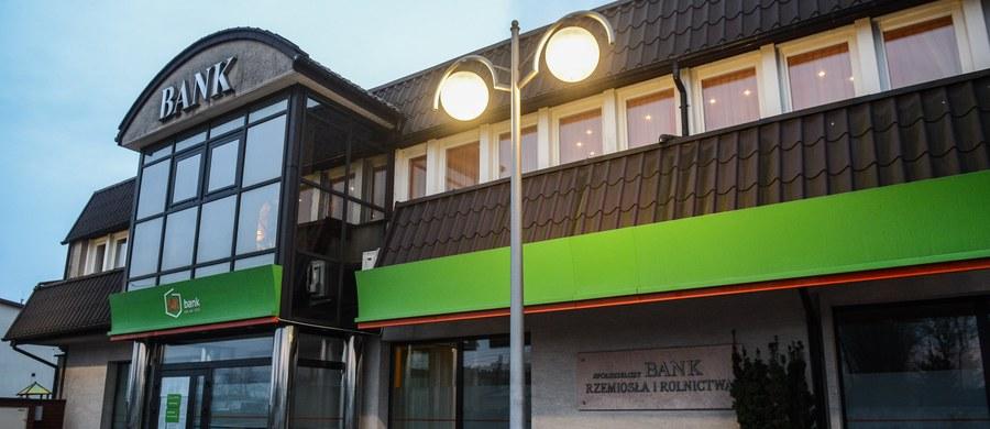 Komisja Nadzoru Finansowego zawiesiła działalność Spółdzielczego Banku Rzemiosła i Rolnictwa w Wołominie oraz wystąpiła z wnioskiem o ogłoszenie upadłości tego banku. Rzecznik komisji Łukasz Dajnowicz poinformował, że wniosek o ogłoszenie upadłości banku został złożony dziś rano.