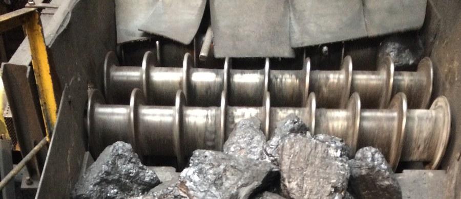 """Zarządcy kopalni """"Wieczorek"""" w Katowicach wrócili do starej metody wydobywania węgla. Chodzi o tak zwany węgiel gruby, którym najczęściej pali się w piecach. Przy wydobywaniu go kombajnem tworzy się miał, dlatego w liczącej prawie 190 lat kopalni wrócono do kruszenia skał dynamitem."""