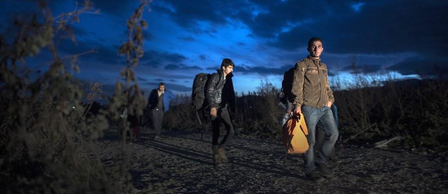 """Co najmniej czterech wysoko postawionych terrorystów Państwa Islamskiego przedostało się na terytorium Unii Europejskiej, podszywając się pod uchodźców. Uważa się, że wciąż są na wolności - doniósł brytyjski tygodnik """"The Sunday Times"""", powołując się na źródła zbliżone do śledztwa przeciwko terrorystom prowadzonego w Belgii."""