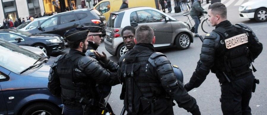 """Przedmiot przypominający pas szahida znaleziono w ulicznym koszu na śmieci w podparyskiej miejscowości Montrouge - doniósł Reuters, powołując się na źródło zbliżone do śledztwa przeciwko terrorystom. """"Wygląda jak pas z ładunkami wybuchowymi"""" - stwierdził informator agencji. Doniesienia francuskich mediów w tej sprawie są sprzeczne. Według części z nich, pas nie zawierał ładunków wybuchowych, inne twierdzą z koeli, że znajdowały się w nim takie same substancje wybuchowe jak te, których w czasie serii krwawych ataków z 13 listopada użyli zamachowcy-samobójcy koło Stade de France."""