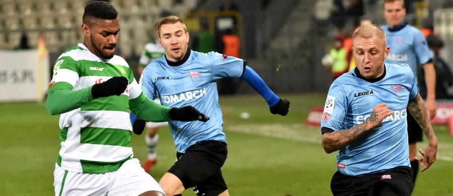 Piłkarze Cracovii pokonali w poniedziałkowym spotkaniu Lechię Gdańsk 3:0. Zespół z północy Polski prawie całe spotkanie grał w dziesiątkę. W 6. min. czerwoną kartkę zobaczył Michał Mak.