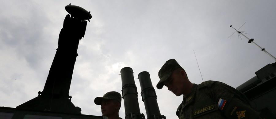 Moskwa rozpoczęła procedurę dostaw dla Teheranu rakietowych systemów obrony przeciwlotniczej S-300 - piszą agencje powołując się na wypowiedź ambasadora Iranu w Rosji. Proces dostaw miał ruszyć na mocy nowego kontraktu między Teheranem a Moskwą. Ten wszedł w życie 9 listopada.