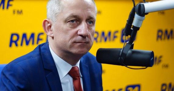 """""""To, co się dzieje w ostatnich dniach, szczególnie na linii prezydent – PiS, rząd, większość parlamentarna, to jest uderzenie w podstawy demokracji w Polsce. Andrzej Duda powinien przyjąć ślubowanie od trzech sędziów, którym już rozpoczęła się kadencja. Nie robi tego, łamiąc konstytucję"""" – mówi w Kontrwywiadzie RMF FM szef klubu PO Sławomir Neumann, pytany o zamieszanie wokół Trybunału Konstytucyjnego. """"Jeśli takich przypadków będzie więcej, to prezydent podlega jakimś prawom w Polsce"""" – dodaje. """"Prezydent, jako strażnik konstytucji, powinien zachowywać się zgodnie z konstytucją. Dziś mamy kłopot taki, że zamiast strażnika konstytucji stał się strażnikiem interesów PiS"""" – uważa Neumann. Ustawa o TK według PO? """"Uznaliśmy w większości PO i PSL, że dajemy sędziom czas od wyboru do objęcie stanowiska 3 miesiące. Jeśli Trybunał uzna, że to złe rozwiązanie, to pierwszy walnę się w pierś i przeproszę za PO"""" – odpowiada gość RMF FM."""