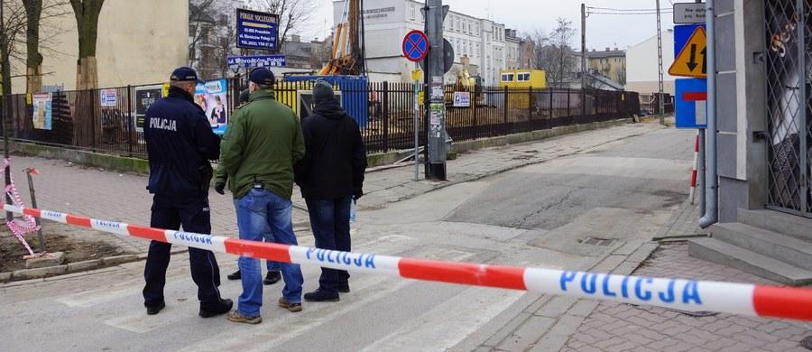 Przed godziną 13 ewakuowano mieszkańców kilku bloków w podwarszawskim Pruszkowie. Na boisku szkolnym przy ulicy Daszyńskiego wykopano trotyl i granaty.