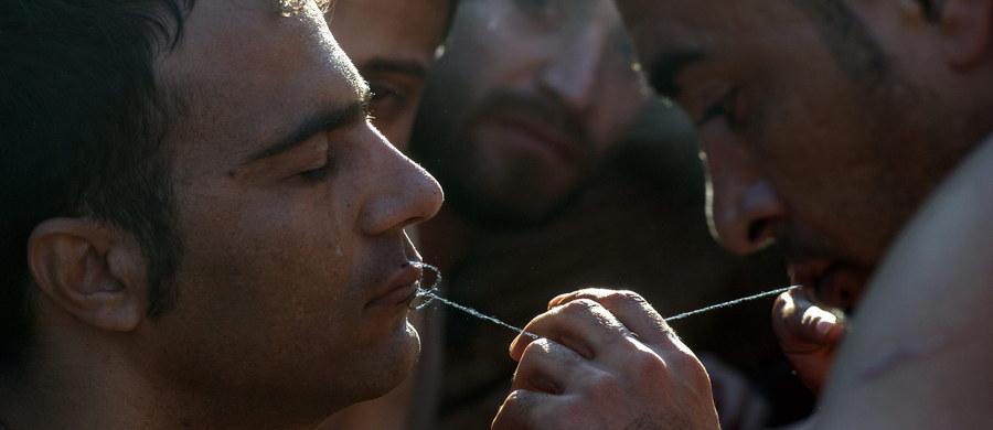 Setki uchodźców na granicy grecko-macedońskiej protestują przeciwko zaostrzonym przepisom imigracyjnym. Mężczyźni na znak sprzeciwu zaszywają sobie usta.