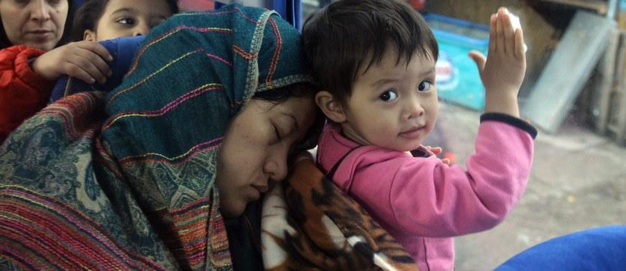 """Szwecja zaoferuje uchodźcom jedynie tymczasowy pobyt oraz ograniczy prawo do łączenia rodzin imigrantów. Zaostrzone zostaną także kontrole na granicach. Tylko w ciągu ostatnich dwóch miesięcy Szwecja przyjęła 80 tysięcy uchodźców. """"Nasze społeczeństwo osiągnęło granice i liczba przyjmowanych uchodźców musi zostać drastycznie ograniczona"""" – oświadczył premier Stefan Loefven."""
