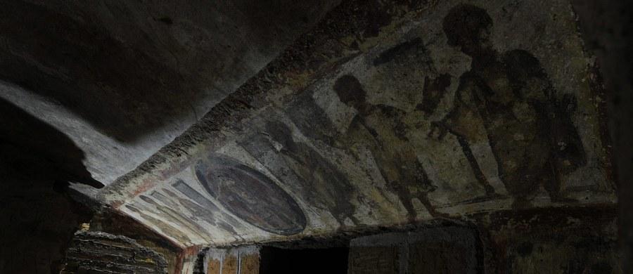 Komnatę udekorowaną freskami sprzed około dwóch tysięcy lat odkryli podczas prac w Rzymie robotnicy, którzy wymieniali rurę z gazem. Komnata znajdowała się na głębokości 4 metrów przy ulicy La Marmora w rejonie, w którym według archeologów w czasach Cesarstwa Rzymskiego znajdowała się bogata rezydencja.