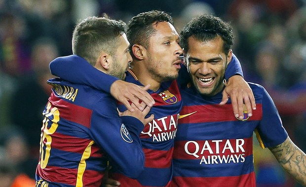 Piłkarski mistrz Hiszpanii FC Barcelona podał do sądu Europejską Unię Piłkarską (UEFA) za to, że ukarała ona kilkakrotnie klub w związku z prezentowaniem przez kibiców flag Katalonii. UEFA uznała to za przekaz polityczny, który jest zabroniony regulaminem.