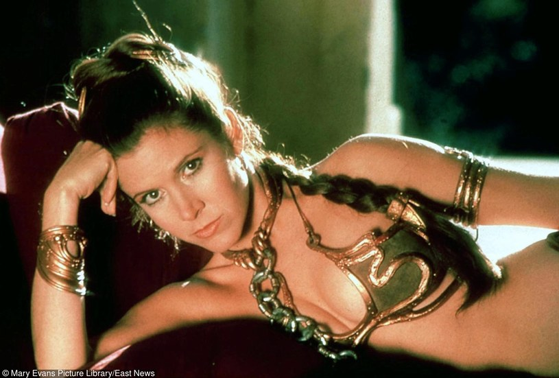 """""""Niemal czterdzieści lat temu George Lucas zrujnował mi życie. Oczywiście w najsympatyczniejszy możliwy sposób. I teraz, choć tyle czasu minęło, ludzie wciąż mnie pytają, czy wiedziałam, że 'Gwiezdne wojny' staną się takim nieprawdopodobnym przebojem"""" - Carrie Fisher, odtwórczyni roli księżniczki Lei, w książce """"Księżniczka po przejściach"""" opowiada o nadwadze, """"idiotycznym uczesaniu"""" oraz braku bielizny."""