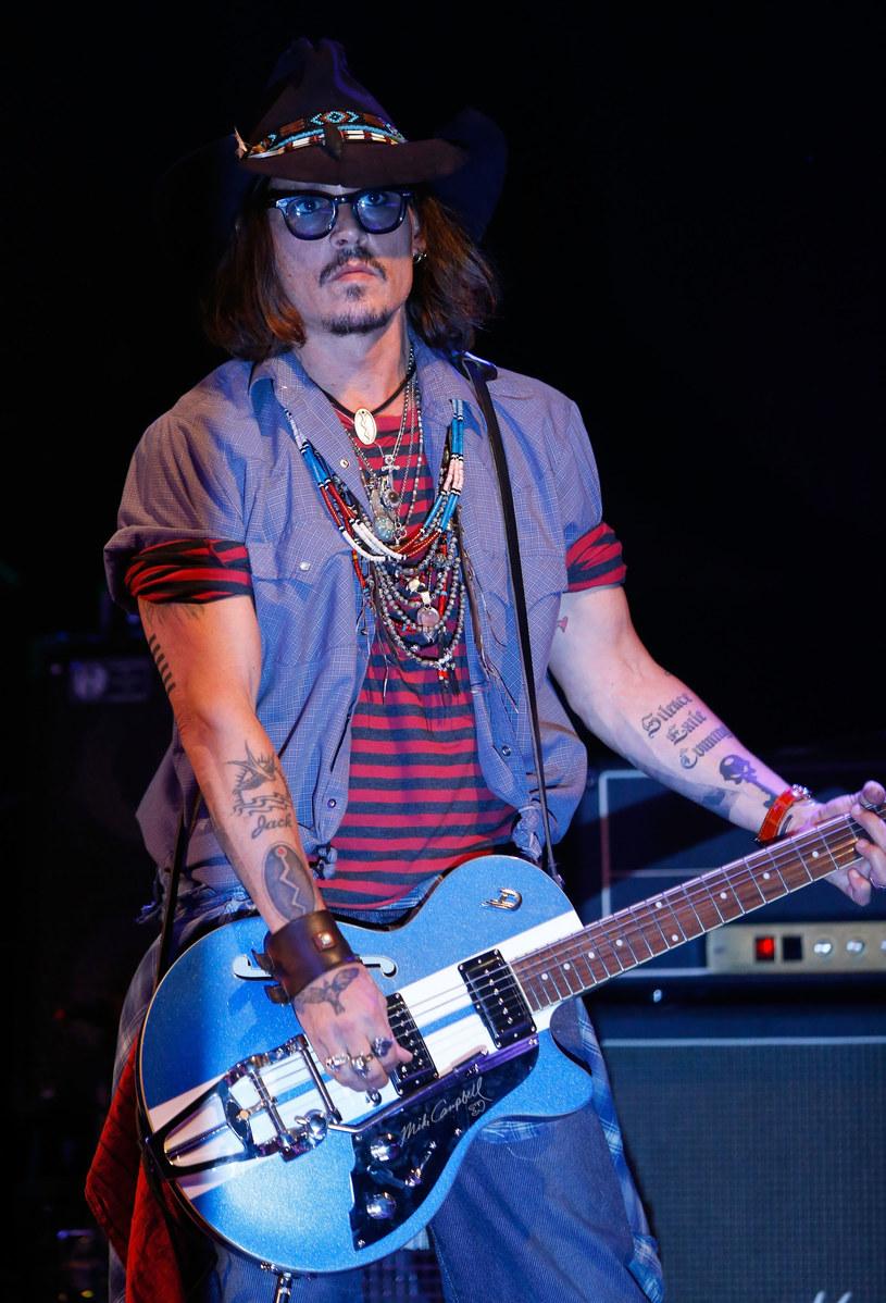 Gdyby nie kariera aktorska, Johnny Depp - to całkiem prawdopodobne - byłby dzisiaj gitarzystą. We wczesnej młodości próbował sił, jako muzyk, ale ponieważ ledwie wiązał koniec z końcem, zaczął chodzić na castingi do filmów.