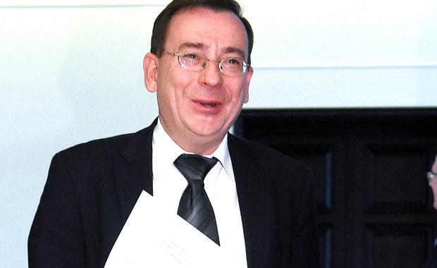 Komisja ds. służb specjalnych pozytywnie zaopiniowała wniosek ws. odwołania szefa CBA Pawła Wojtunika - poinformował minister koordynator ds. służb specjalnych Mariusz Kamiński. Dodał, że pozytywne opinie uzyskały też wnioski o odwołanie dwóch wiceszefów AW i dwóch ABW. Premier wnosiła też o opinie komisji dot. powołania nowego wiceszefa ABW - komisja również pozytywnie oceniła tę kandydaturę, stanowisko to ma objąć Norbert Loba. Szef CBA Paweł Wojtunik złożył rezygnację we wtorek wieczorem. Przyczyną wszczęcia postępowania dotyczącego certyfikatów dostępu do tajemnic Wojtunika była nagrana jego rozmowa z Elżbietą Bieńkowską - ujawnił Mariusz Kamiński.