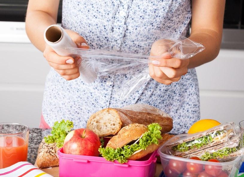 Pojemniki na żywność, choć istnieją od bardzo dawna, dopiero teraz zyskują na popularności – głównie w formie plastikowych pudełek z przegrodami. Na rynku dostępne są przeróżne modele dostosowane do indywidualnych potrzeb użytkowników. Dzięki lunch boksom produkty nie tracą swoich wartości odżywczych, zachowują odpowiednią temperaturę oraz konsystencję.