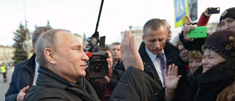 Od dawna mówiono, że Władimir Putin boi się tylko siły. Można to było traktować jako kolejną tezę tzw. kremlinologii, ale fakty są bezlitosne. Na Ukrainie i na Krymie, a wcześniej w Gruzji, Putin testował Zachód. I zobaczył, iż nawet amerykańscy żołnierze w Gruzji w 2008 roku podczas rosyjskiego ataku udają, że pada deszcz. Apetyt tego enerdowskiego bohatera razwiedki, czyli wywiadu KGB, rósł. Putin uwierzył, że może z Rosji zrobić mocarstwo, chociaż średnia pensja jest tu niższa niż w Polsce.