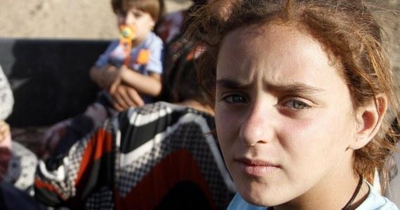 Uprowadzona latem 9-latka została niewolnicą seksualną bojowników Państwa Islamskiego. Gwałciło ją 10 mężczyzn. Dziewczynka, która należy do prześladowanych przez IS Jazydów, zaszła w ciążę. Znalazła się w grupie 200 innych kobiet, uwolnionych przez oprawców. Są one teraz pod opieką wolontariuszy w jednym z obozów dla uchodźców w Iraku. Ciężarną dziewczynkę przewieziono natomiast do kliniki w Niemczech.