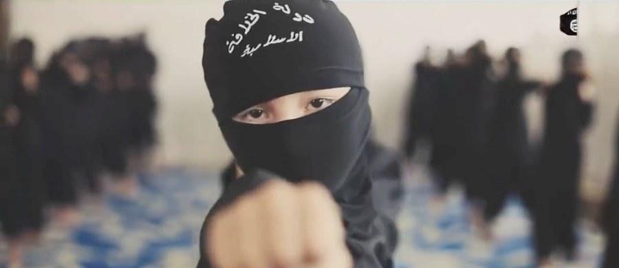 """Trzy czwarte tych, którzy stają się bojownikami dżihadystycznej organizacji Państwo Islamskie (IS), rekrutowanych jest spośród przyjaciół, a 20 proc. spośród członków rodziny - mówi ekspert ds. terroryzmu z Uniwersytetu w Oxfordzie, Amerykanin Scott Atran. Współzałożyciel Centrum Rozwiązywania Trudnych Konfliktów poinformował, że badania wykazują, iż """"do radykalizacji rzadko dochodzi w meczetach"""", a niezwykle rzadko poprzez anonimowe, czy obce osoby, które rekrutują."""