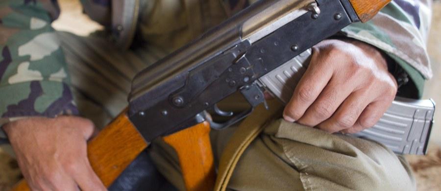 Obywatel Francji przewożący broń i ładunki wybuchowe został zatrzymany pod koniec maja na granicy polsko-ukraińskiej - donosi agencja Reutera, powołując się na Straż Graniczną Ukrainy. Mężczyzna miał dostarczyć broń do Francji, gdzie planowano kolejny atak terrorystyczny.