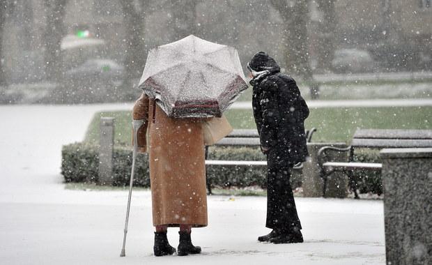 Chmury, deszcz i deszcz ze śniegiem – tak będzie wyglądać niedziela w większości regionów Polski. Po południu na wschodzie mogą pojawiać się przejaśnienia.
