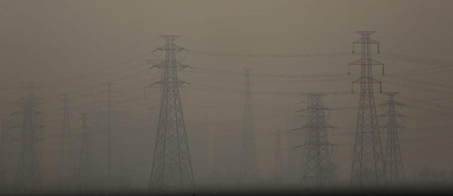 Mężczyźni narażeni na wdychanie bardziej zanieczyszczonego powietrza mają więcej plemników nieprawidłowo zbudowanych i z zaburzeniami genetycznymi; produkują też mniej testosteronu - wykazały badania polskich naukowców z Instytutu Medycyny Pracy w Łodzi.