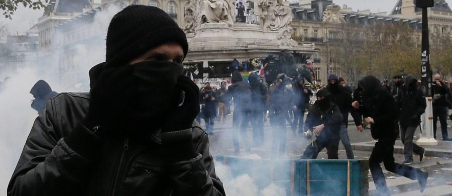 """Francuska policja zatrzymała 208 osób w związku ze starciami, do jakich doszło w Paryżu między siłami bezpieczeństwa a uczestnikami demonstracji przed konferencją klimatyczną ONZ. """"Małe grupy stosujące przemoc obrzucały siły porządkowe przedmiotami takimi, jak świecami, a nawet bulą do gry"""" - oświadczył prefekt paryskiej policji Michel Cadot. Jak dodał, nikt nie został ranny."""
